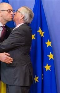 EU Commission President Jean-Claude Juncker (R) embraces Arseniy Yatsenyuk at EU HQ, Brussels, Dec 7 2015 (--Jakarta Post)