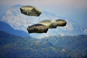 U.S. Army paratroopers of the 173rd Airborne Brigade based in Vicenza descend at Pordenone, Italy, near the Dolomites, Sept. 24, 2014. (--U.S. Army / Davide Dalla Massara)