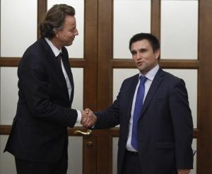 Bert Kunders and Ukraine FM Pavlo Klimkin (--Stringer/Anadolu Agency/Getty Images)