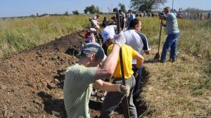 Similar event: Residents of Zaporizhzhya, near Donetsk, dig trench, September 6 2014.