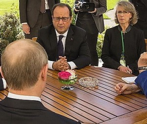 Putin, Hollande, &observer, Normandy Four meeting, Paris, October 2, 2015. Angel Merkel's hand visible at right. (--euromaidanpress.com)