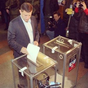 Alexander Zakharchenko casting vote in DPR elections Nov 2, 2014 (--newcoldwar.org)