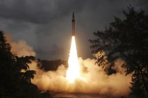 Surface-to-surface Agni-V missile launched from Wheeler Island off India, Sept. 15, 2013. (--Reuters)