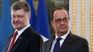 Kiev regime leader Petro Poroshenko and French president Francois Hollande arrive for a diplomatic agreement signing ceremony after meeting at the Elysee Palace in Paris, April 22, 2015 (--Reuters / Ian Langsdon)