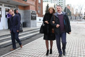 Igor Strelkov and his wife, Miroslava Reginskoy, leaving the meeting in Yekaterinburg (--znak.com)