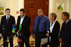Zakharchenko (second from left), Plotnitsky (third from left) at Minsk 1.0, Septermber 2014 (--www.khaleejtimes.com)