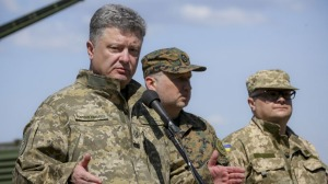 Poroshenko (L) at an army training centre in Chernihiv region, Ukraine, May 11, 2015 (--RT/Reuters/Mikhail Palinchak)