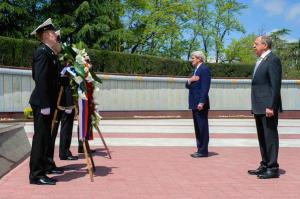 "John Kerry tweets ""Made a visit to Zavokzalny War Memorial with FM Lavrov to honor those who made the ultimate sacrifice during WWII. 5:30 AM - 12 May 2015."""