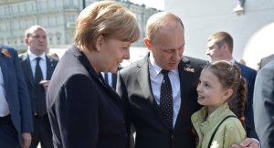 German Chancellor Angela Merkel (L) and Russian President Vladimir Putin attend a wreath-laying ceremony at the Tomb of the Unknown Soldier by the Kremlin walls in Moscow, Russia, May 10, 2015. (--PressTV)