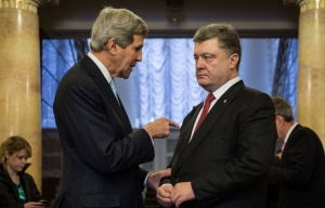 John Kerry and Petro Poroshenko (--Mikhail Palinchak/Ukrainian president's press service/TASS archive)