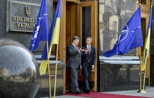 Petro Poroshenko, NATO Secretary Gen. Jens Stoltenberg (–Nikolay Lazarenko/Ukr. presidential press service/TASS )