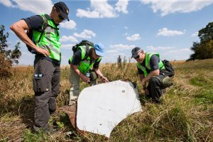 Dutch and Australian police at the crash site on 3 August 2014 (--wikipedia)