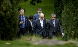 Ali Akbar Salehi (2nd right) discusses Iran Nuclear Deal with Hossein Fereydoon, Lausanne, April 2015. (--Reuters)